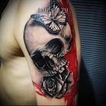 Трэш Полька Тату - череп, бабочка и роза на плече