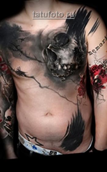 Трэш Полька Тату - череп на левой половине груди мужчины