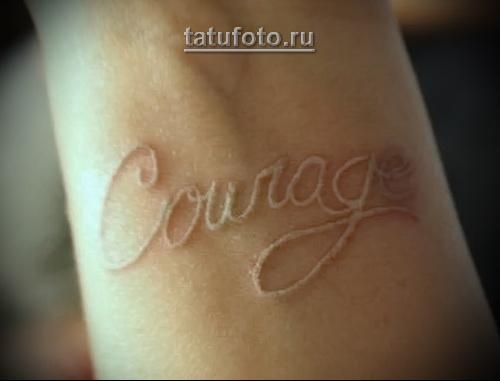белая надпись татуировка на руке