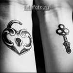 красивая парная татуировка на запястье замок (навесной) и ключик