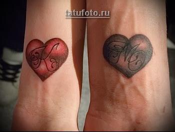 парная татуировка инициал в сердце