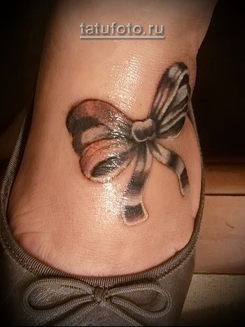 татуировка бантик под туфельки