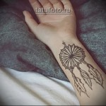 татуировка ловец снов на кисть девушке