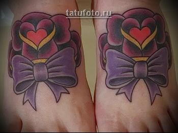 татуировка олд скул с розами и бантиками на ноги