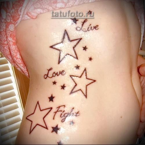 тату звезда на боку девушки и надписи прописью
