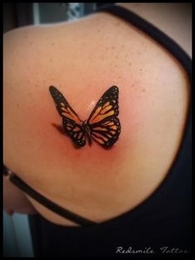 бабочка на спине тату вариант