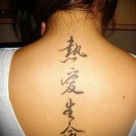 татуировка прописные иероглифы по позвоночнику для женщины
