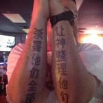 татуировка с иероглифами на двух руках для мужчины