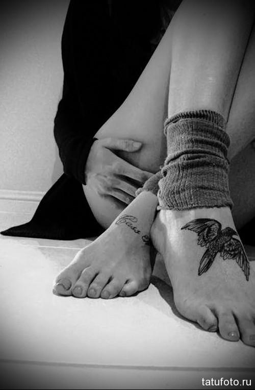 тату ворон внизу на ноге девушки