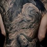 тату ворон в картине татуировкой на всю спину