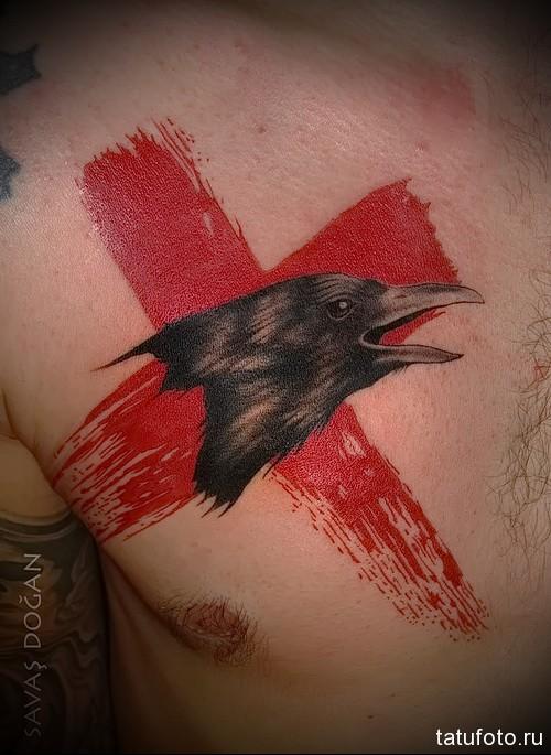 тату ворон и красный крест на фото