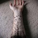 тату ворон и черный лес на руку