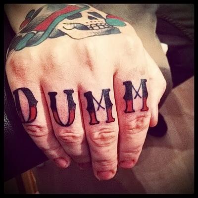 тату надписи на пальцах 4