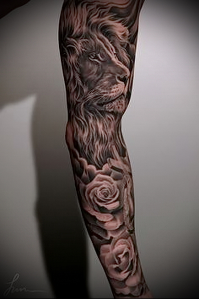тату рукав с мордой льва и розами