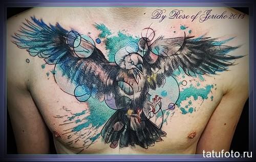 тату ворон в стиле треш-полька на всю грудь для мужчины