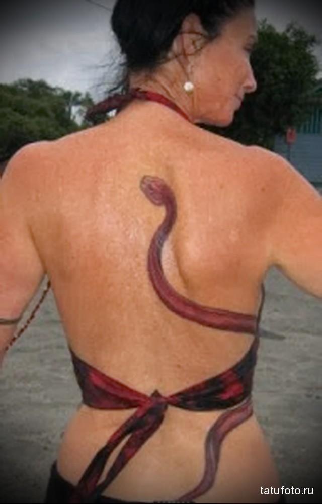 тату змея на спине 3