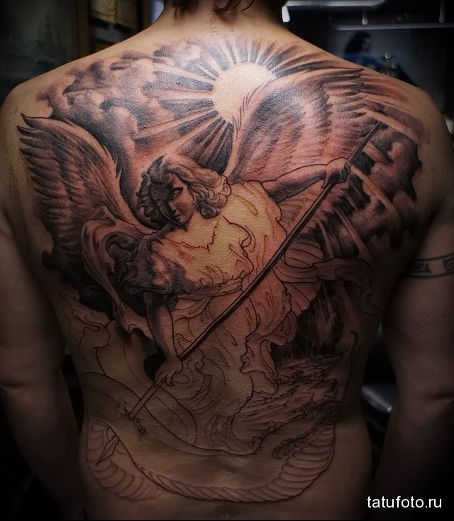 тату ангел с копьем на всю спину для парня - фото