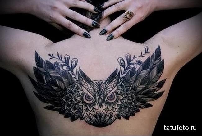 женский вариант татуировки с филином (совой) на спину