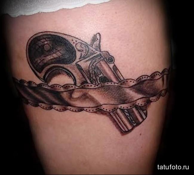женский пистолет в чулках - пример татуировки