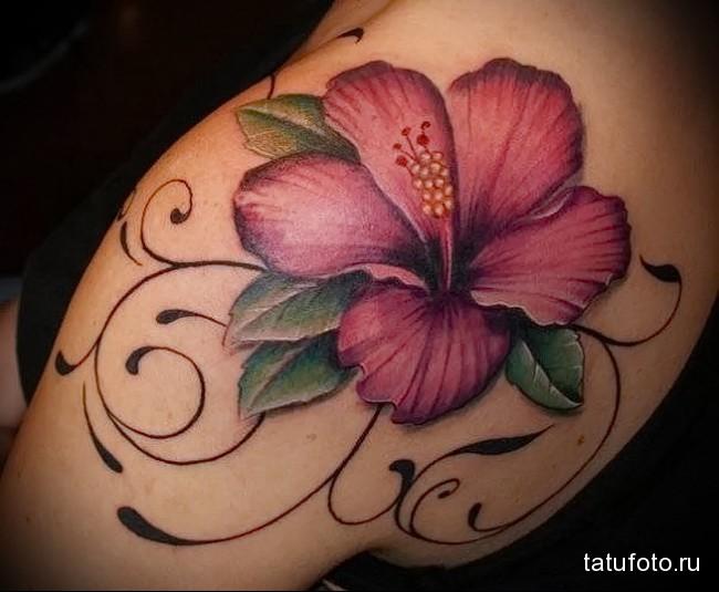пример татуировки с цветком для молодой девушки