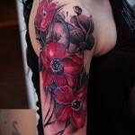 современная татуировка с цветком на плече девушки