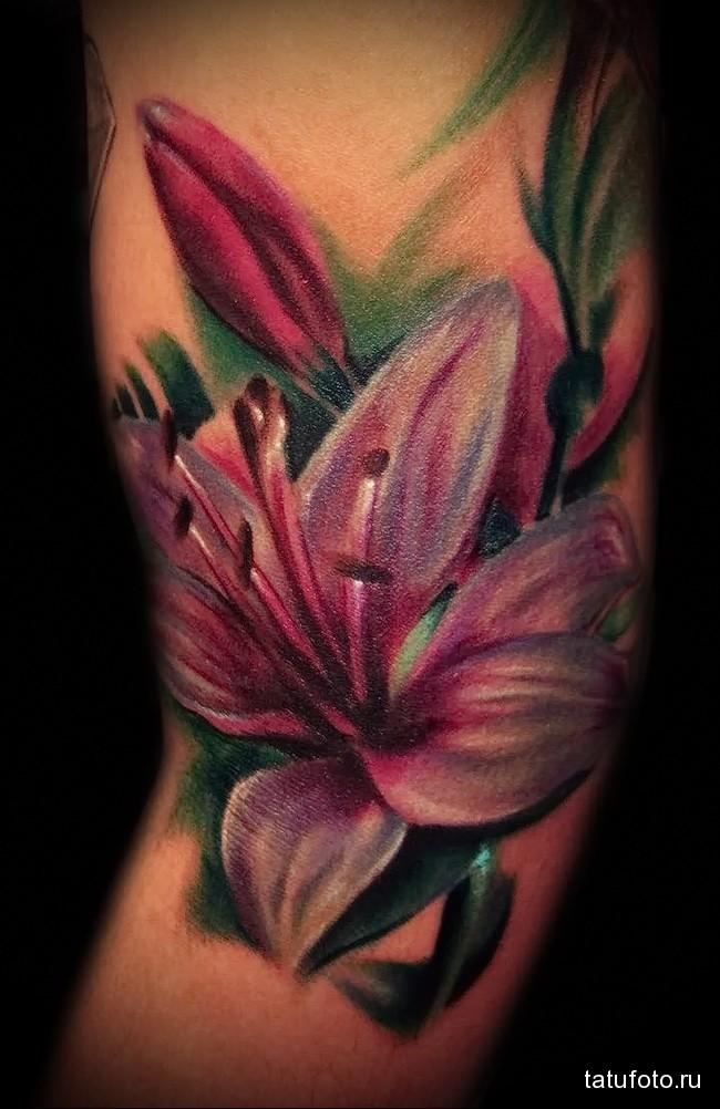 сочная татуировка для девушки с цветком
