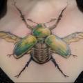 татуировка майский жук на груди девушки