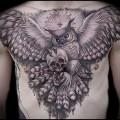 татуировка сова с черепом в ламах и пирамида
