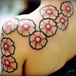 татуировка с цветами на плечах девушки