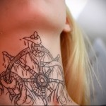 татуировка штурвал и осьминог на шее