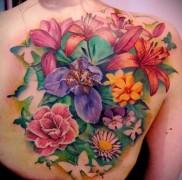 цветы в тату на спине и лопатке