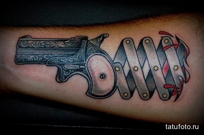 тату пистолет на руку - спрятанный