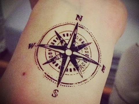 Значение тату компас 1