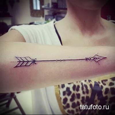 Значение татуировки стрелы со знаком