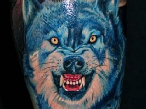 Татуировка скалящийся волк в лесу
