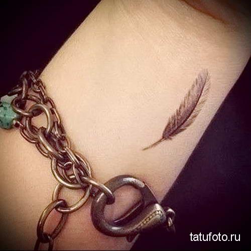маленькое перышко в татуировке на запястье