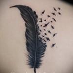 Красивая женская тату с пером и птичками на фото - пример