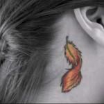 огненное перо в тату за ухо