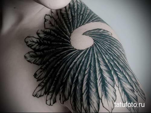 пагон (палет) из перьев на плече