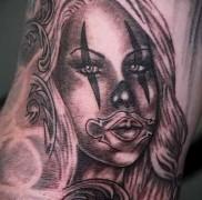 татуировка девушка как клоун
