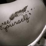 татуировка перо и надпись free yourself - тату перо фото