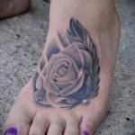 татуировка роза и перо на ногу