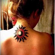 татуировка солнце и луна на шее девушки сзади