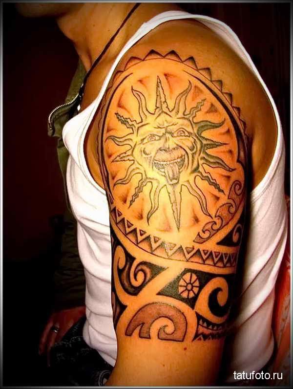 татуировка солнце показывает язык - маори стиль на плече для мужчины