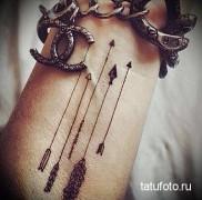 тонкие стрелы в тату на руку