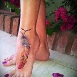 цветное тату с пером внизу ноги для девушки фото