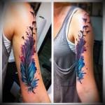 яркое перо и птица - сочные цыета в татуировке на руку для девушки