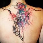 абстрактное существо на спине девушки - тату акварель фото