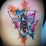 пчела в треугольнике - тату акварель фото