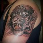 тату вдв тигр в крутом берете на плече